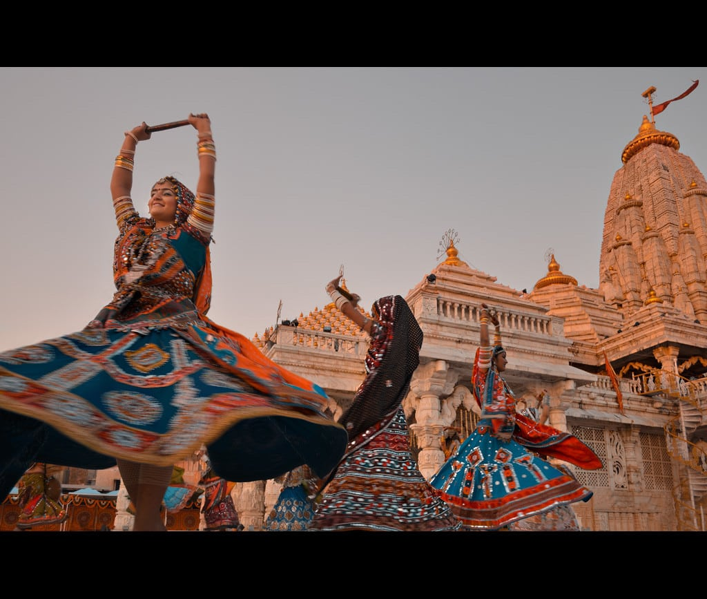 navratri_garba_at_ambaji_temple-by-anurag-agnihotri-http-www-flickr-comphotosagnihot8029529679-cc-by-2-0-http-creativecommons-orglicensesby2-0-via-wikimedia-commons